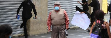 La manifestación para exigir vacunas contra el coronavirus se tornó violenta. (Foto Prensa Libre: Carlos Hernández Ovalle)