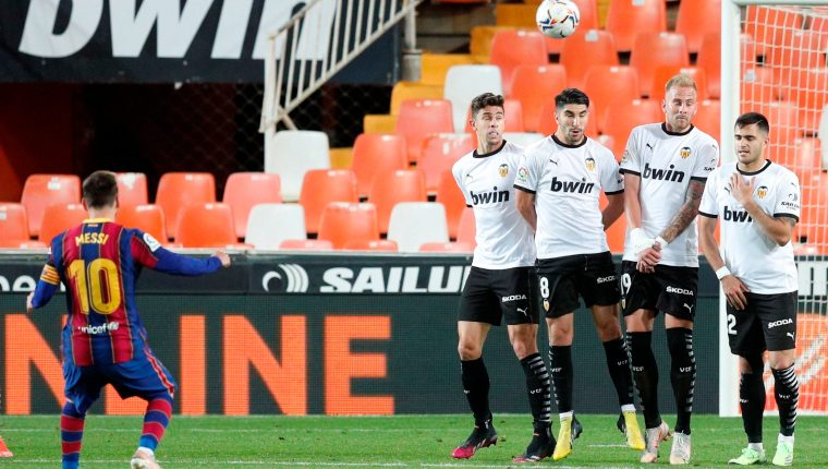Messi en el momento que define de tiro libre el tercer gol del Barcelona contra el Valencia. (Foto Redes).