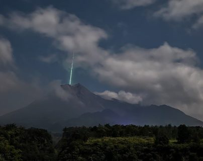 Video: Captan el momento en el que un meteoro cae sobre el volcán más activo de Indonesia