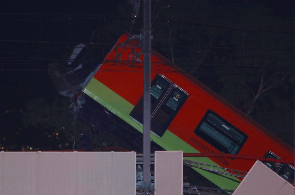 Uno de los vagones tras el colapso del Metro al desplomarse un puente de la vía elevada de la línea 12 del Metro de Ciudad de México, entre la estaciones de Olivos y Tezonco sobre el que circulaba un tren. (Foto Prensa Libre: EFE)