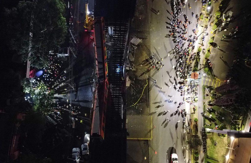 Vista aérea realizada con un drone que muestra el colapso de los vagones del metro en la Ciudad de México. (Foto Prensa Libre: EFE)