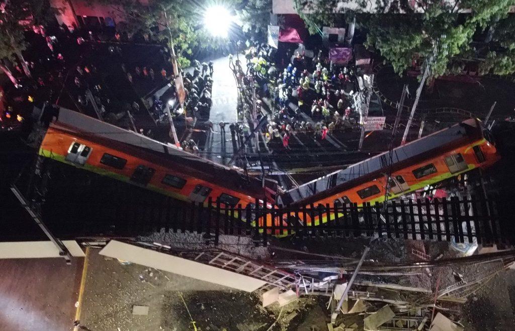El accidente que sufrió la noche del lunes 3 de mayo un tren del metro de Ciudad de México, al colapsar el puente por el que pasaba, dejó al menos 23 muertos y 65  heridos. (Foto Prensa Libre: EFE)