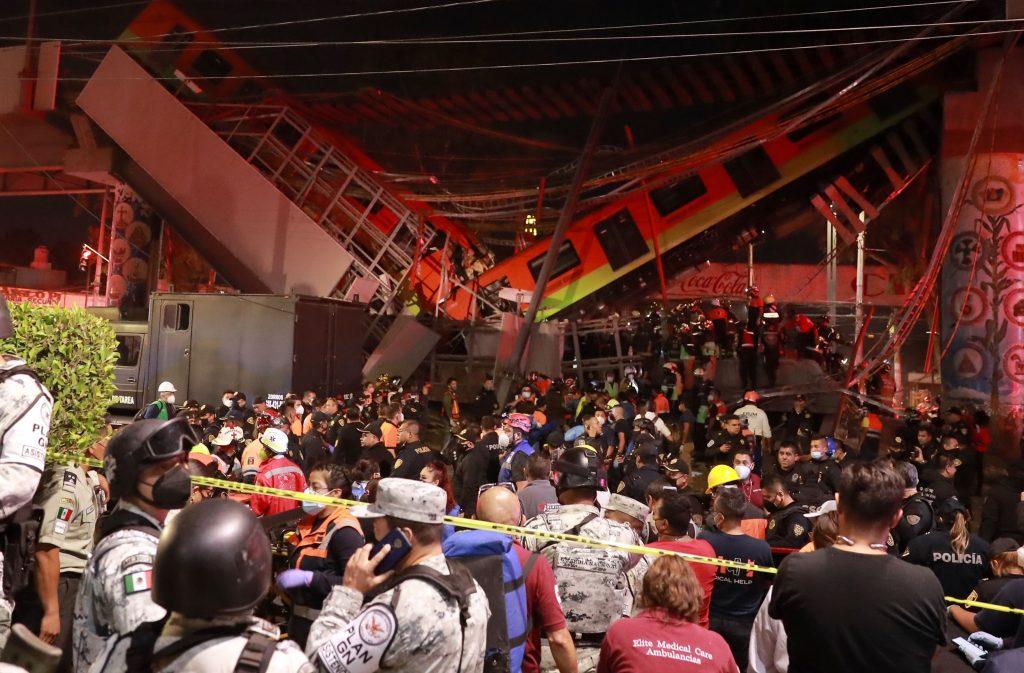 Vista general del colapso de unos vagones del metro entre la estación Olivos y Tezonco sobre el que circulaba un tren. (Foto Prensa Libre: EFE)