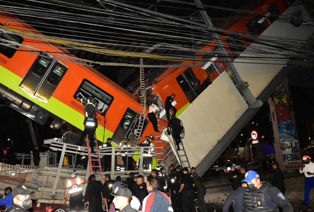 Personal de rescate, busca a heridos, al colapsar los vagones del metro en la Ciudad de México.  (Foto Prensa Libre: EFE)