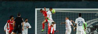 El VAR vuelve a ser protagonista en la Liga española en el partido del Real Madrid contra el Sevilla. (Foto Prensa Libre).