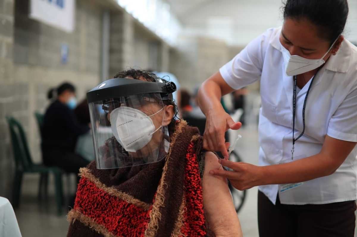 Adultos mayores de 70 años podrán vacunarse contra el covid-19 sin haber recibido confirmación de cita