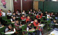 Niños de primero primaria de la Escuela Oficial N. 60 Luz Valle, reciben clases en un salón casi totalmente lleno, el establecimiento es uno de varios que atraviesa por un mal momento debido a la falta de maestros para los grados de primaria.  Foto por Carlos Hernández 03/02/2017