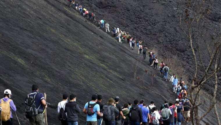 Numerosos visitantes acuden a ver el material volcánico al rojo vivo. (Foto de Jennifer Acevedo, divulgada por Conred)