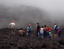 Familias enteras, incluidos niños, continúan acercándose a zonas peligrosas del Volcán de Pacaya. (Foto: Hemeroteca PL)