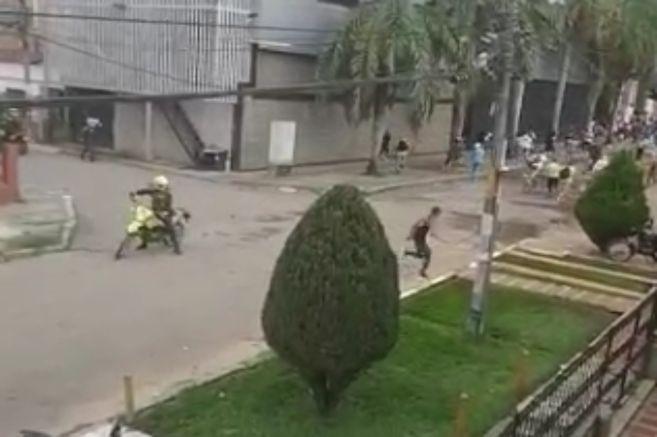 Video: el impactante momento en que un policía dispara contra un joven en Colombia