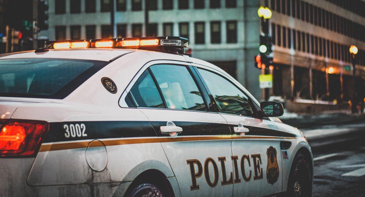 Video: El impresionante momento en el que dos policías salvan a un hombre antes de que explotara su auto