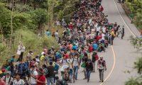 AME9744. CAMOTÁN (GUATEMALA), 16/01/2021.- Un nuevo grupo de aproximadamente tres mil migrantes hondureños llega a Guatemala hoy, luego de cruzar el punto fronterizo de El Florido, en Camotán (Guatemala). Este nuevo grupo de caminantes se une a los cerca de cinco mil migrantes que este sábado ya recorren las carreteras guatemaltecas rumbo a México, con el objetivo final de llegar a Estados Unidos. Los miles de migrantes hondureños conforman una nueva caravana migrante que dejó el pasado miércoles la ciudad hondureña de San Pedro Sula. Los caminantes dicen huir de la inseguridad, la pobreza y la falta de oportunidades de empleo en Honduras. EFE/ Esteban Biba