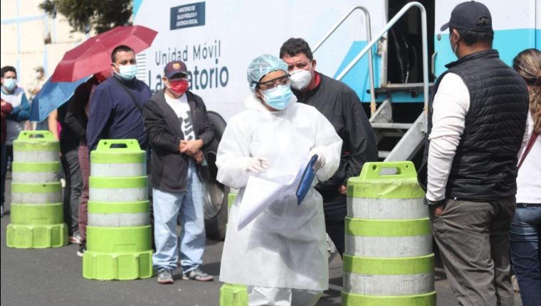 Mientras el plan de vacunación sigue atrasado, la demanda por pruebas de covid se mantiene. (Foto Prensa Libre: Érick Avila)