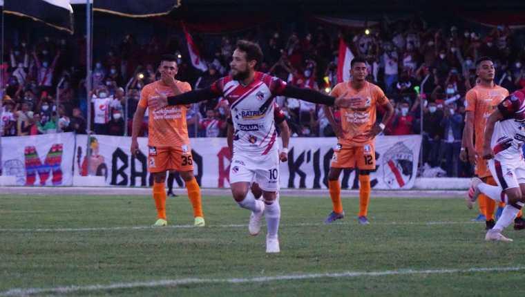Luis Carrasco festeja el primer gol de Quiché FC frente a La Nueva Concepción. (Foto AndresNadf).
