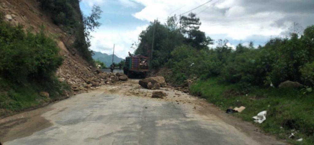 Desprendimiento de roca obstaculiza el paso en el km 145.5 de la RD-SOL-05 del tramo de Sololá al municipio de Concepción.