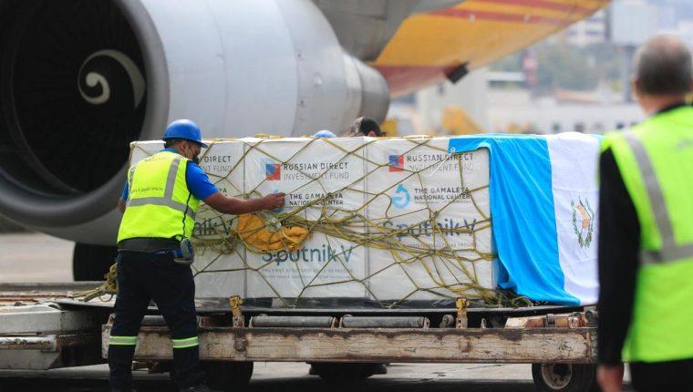 LLegada de las 50 mil vacunas de Sputnik V a Guatemala. (Foto Prensa Libre: Elmer Vargas)