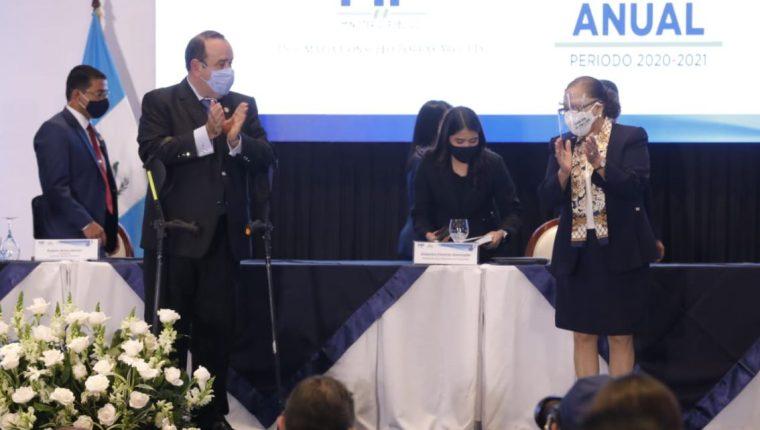 El presidente Alejandro Giammattei y la fiscal Consuelo Porras durante la entrega del tercer informe anual del MP, este 17 de mayo de 2021. (Foto Prensa Libre: Esbin García)