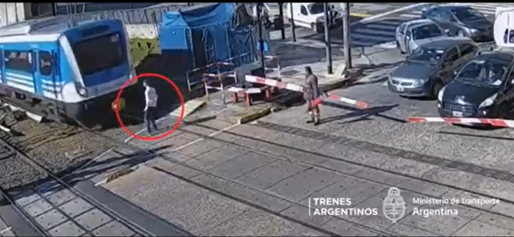 El adolescente quedó parado frente al tren por unos instantes. Fotografía. Crónica de Argentina.