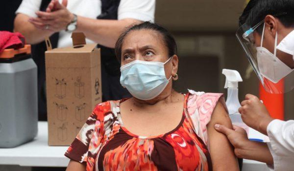 Personas se vacunan contra el coronavirus en el Centro de Vacunación del CUM, en la capital de Guatemala. (Foto Prensa Libre: Érick Ávila)