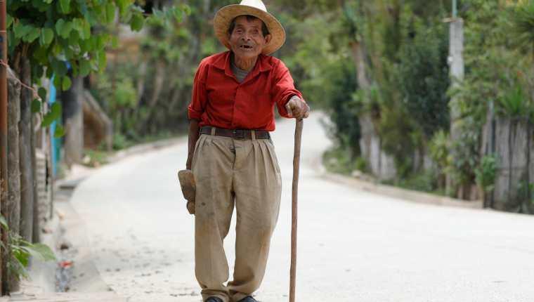 Agustin Uyu Coc, de 81 años, desconoce sobre el plan de vacunación contraa el covid-19 para los adultos mayores de 70 años. Los mensajes no han llegado con pertinencia cultural a las áreas rurales. (Foto Prensa Libre: Esbin García)