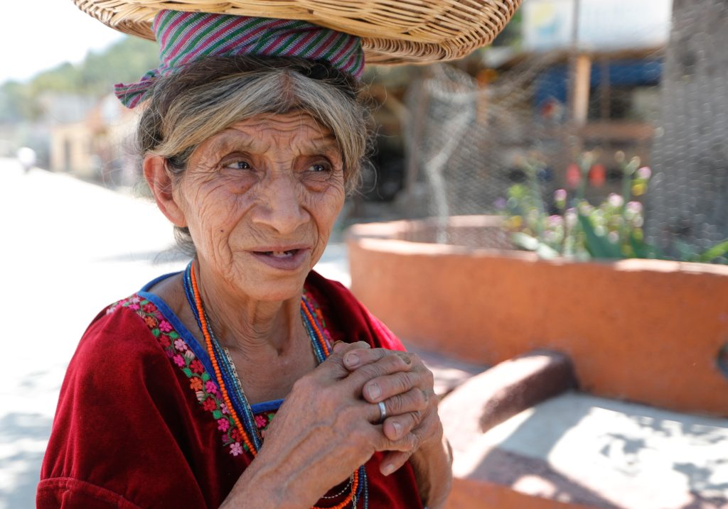 Isabel Canel, 75 años de edad, no habla español, su idioma materno es el cakchiquel. Ella ignora los beneficios de la vacuna contra el covid-19, porque la información no ha llegado en su lengua natal. (Foto Prensa Libre: Esbin García)