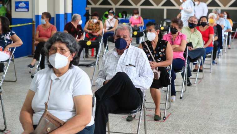 Mayores de 65 años esperan la vacunación en el Colegio de Ingenieros. (Foto: Elmer Vargas)