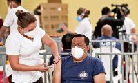 Vacunación de Covid 19 a 150 Bomberos Municipales esto se lleva acabo en el parque Erick Barrondo se esperare que ne los próximos días se puedan vacunar todas las estaciones de los bomberos.  Fotografia. Erick Avila:       09/03/2021