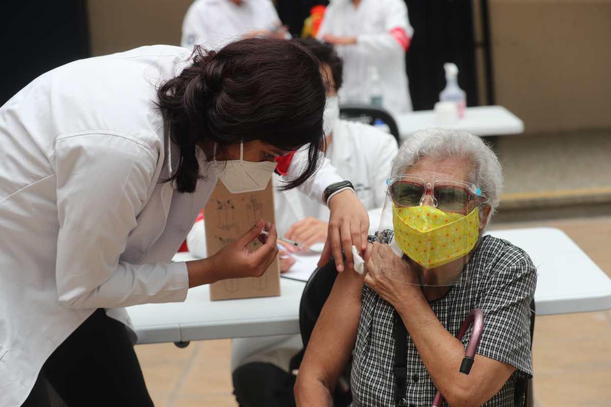 """""""Queremos seguir viviendo"""": los obstáculos que los adultos mayores enfrentan para vacunarse contra el covid-19"""