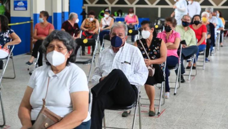 Expertos resaltan que es necesario motivar a los adultos mayores que tienen miedo de la vacuna contra el covid - 19. Fotografía: Prensa Libre.