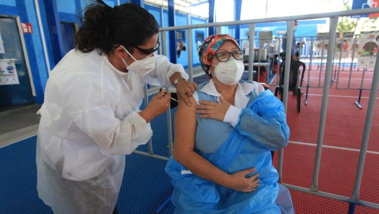 Economías crecen menos si vacunación va lento: La alerta de las calificadoras para Guatemala