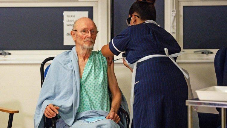 William Shakespeare, el primer hombre recibir la vacuna contra el coronavirus, murió a los 81 años. (Foto Prensa Libre: AFP)