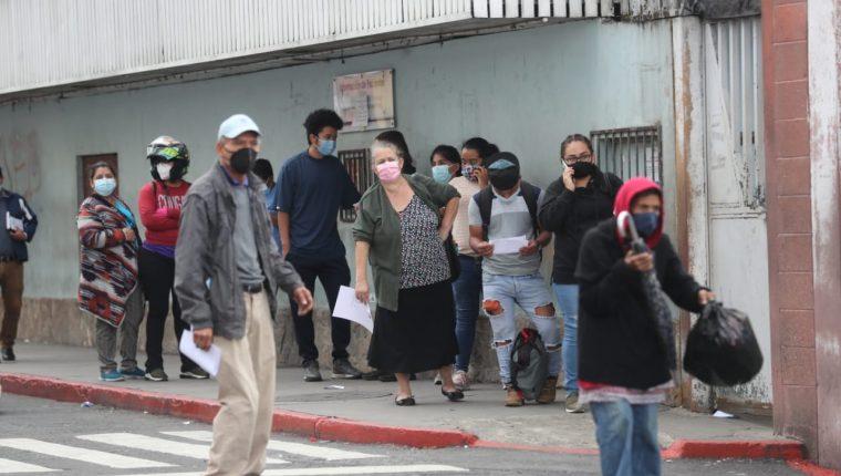 Grandes cantidades de personas buscan hacerse la prueba de coronavirus. (Foto Prensa Libre: Érick Ávila)
