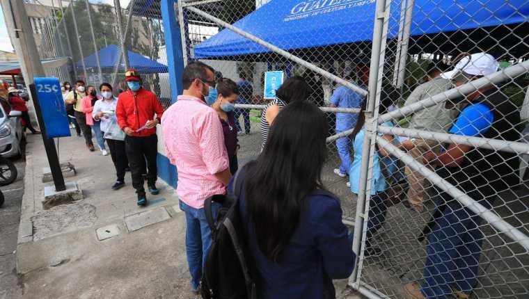 Muchos guatemaltecos buscan ser vacunados contra el coronavirus, aunque para eso tengan que hacer largas filas. (Foto Prensa Libre: Élmer Vargas)