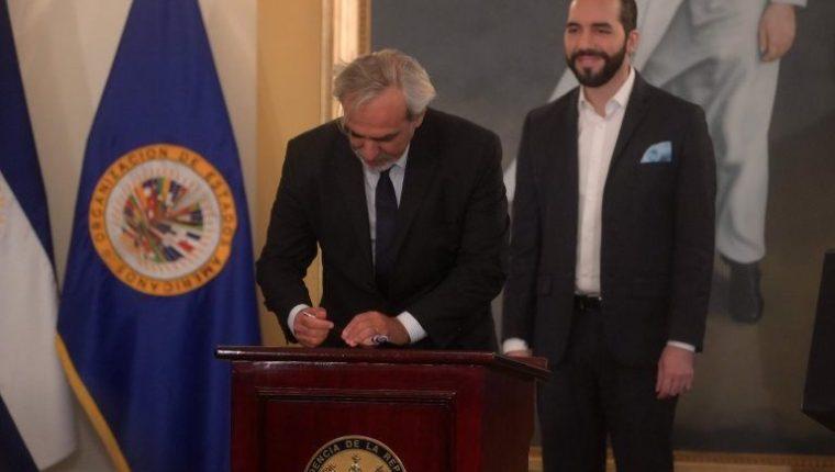 Luis Port, de la OEA, firma en 2019 la creación de la Cicies, una de las promesas de Bukele. (Foto: AFP)