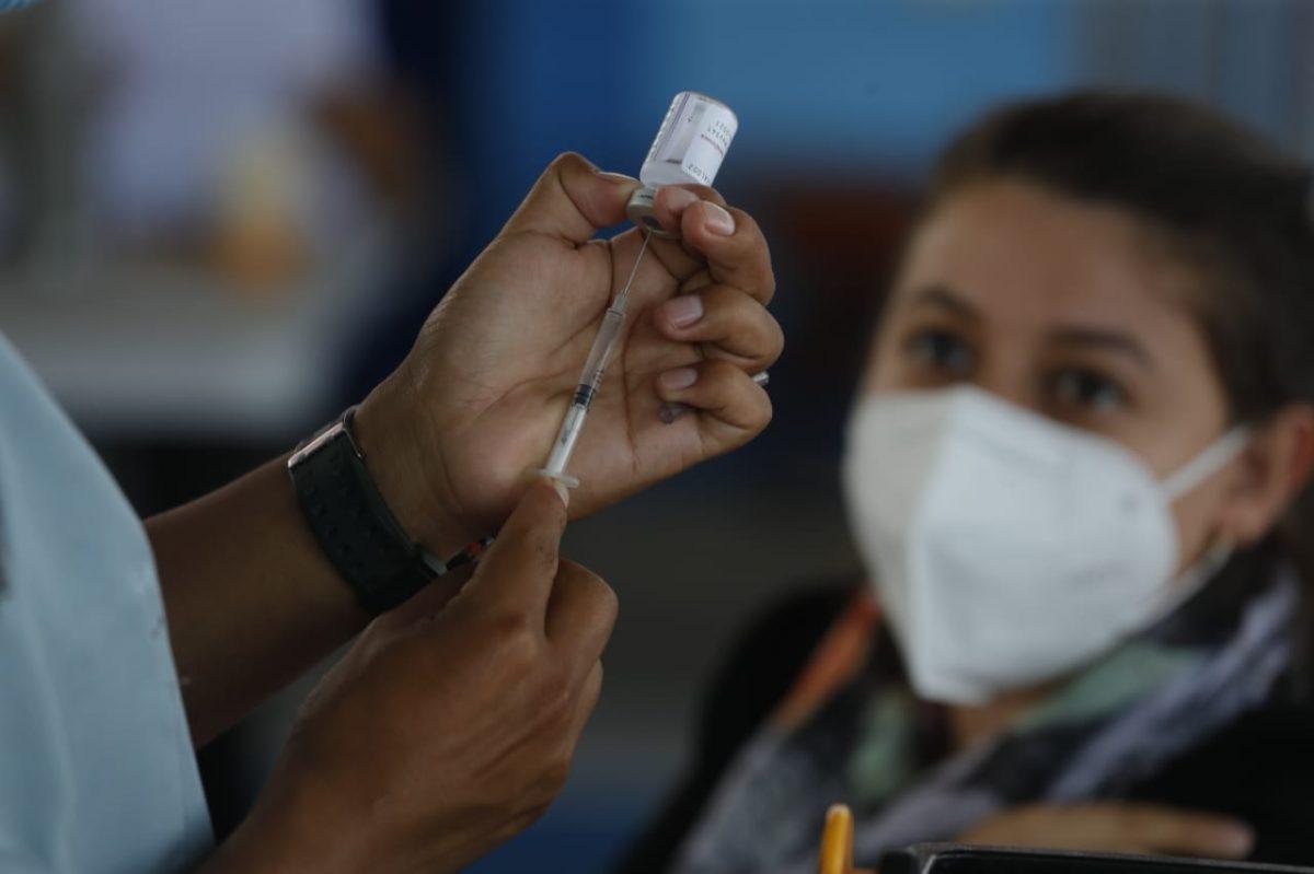 """""""He dado la orden de vacunar a mamás y papás de muchos diputados"""", afirma director del área de Salud central"""