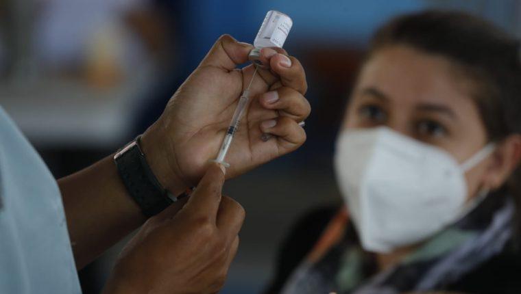 El proceso de vacunación en Guatemala ha sido cuestionado por diferentes sectores. (Foto Prensa Libre: Esbin García)
