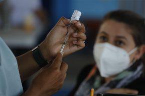 Habilitan la vacunación contra el coronavirus para adultos de 50 a 59 años en Guatemala