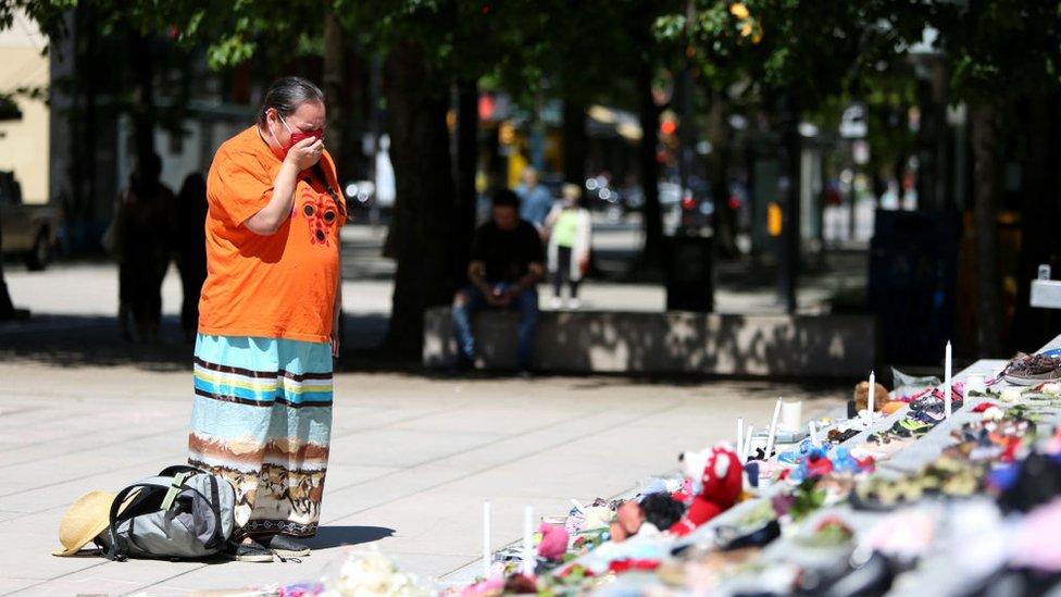 """""""¿Cuántos niños más hay enterrados?"""": la conmoción en Canadá tras el hallazgo de los cuerpos de 215 niños de un internado"""