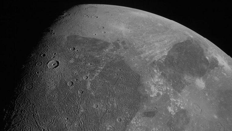 Esta es una de las nuevas imágenes de Ganímedes, tomada por la JunoCam de la sonda Juno.
