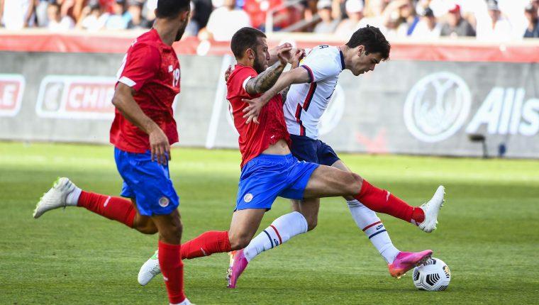 Gio Reyna, de Estados Unidos, protege el balón de la marca de Francisco Calvo, de Costa Rica, en el amistoso realizado este miércoles. (Foto Prensa Libre: AFP).