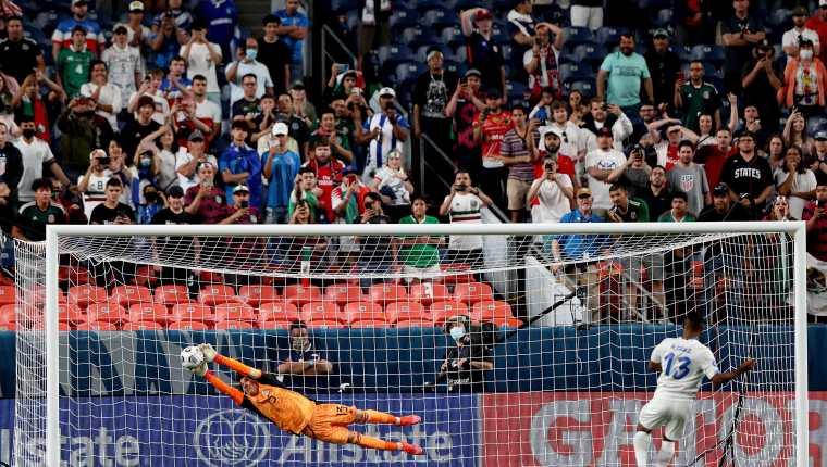 Guillermo Ochoa #13 atajó el penal definitivo a Costa Rica y con esto avanzaron a la final de la primera Liga de Naciones de Concacaf. Foto Prensa Libre: AFP