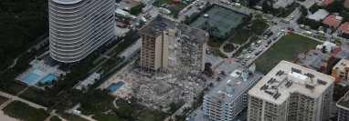El siniestro se registró en la madrugada de este jueves y derrumbó más de 55 apartamentos del lujoso edificio. (Foto Prensa Libre: AFP)