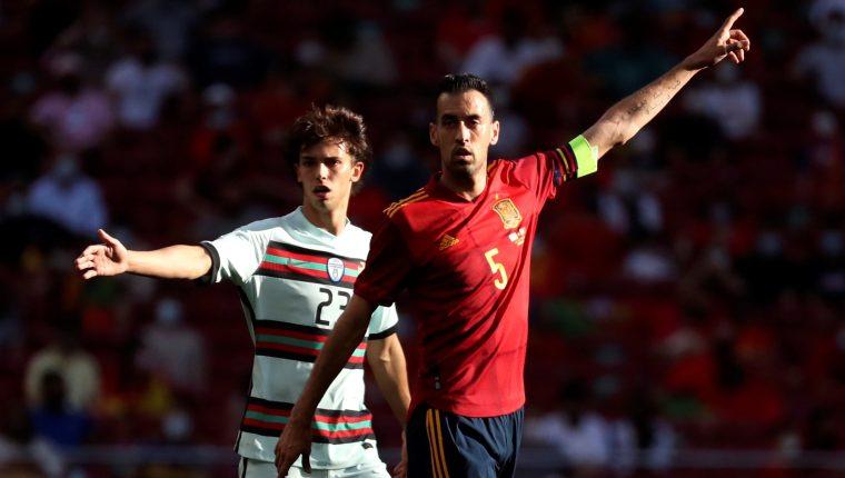 El centrocampista de la selección española Sergio Busquets (d) y Joao Félix, de Portugal, durante el partido amistoso que disputaron el viernes 4 de junio en el estadio Wanda Metropolitano, en Madrid. Foto Prensa Libre: EFE.