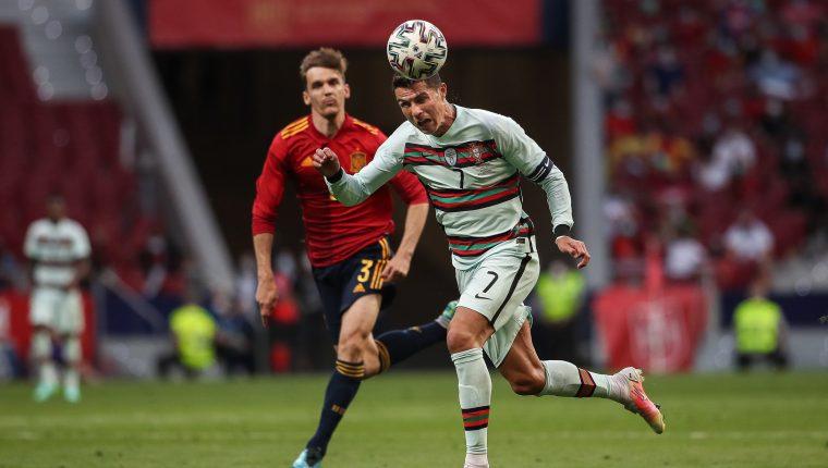 El español Diego Llorente en una acción contra el portugués Cristiano Ronaldo durante un partido amistoso antes de disputar la Eurocopa 2021. Foto Prensa Libre: EFE