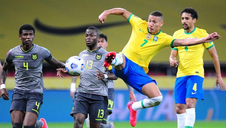 El jugador Richarlison (2-d) de Brasil disputa el balón con Enner Valencia (c-i) de Ecuador, durante el partido que ganaron en las eliminatorias sudamericanas al Mundial de Qatar 2022, en el estadio Beira Rio de Porto Alegre (Brasil). Foto Prensa Libre: EFE.