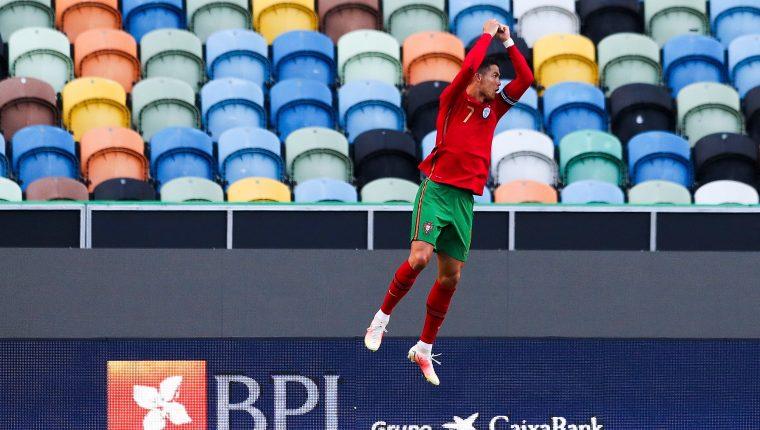 Cristiano Ronaldo celebra después de marcar uno de los goles en el partido amistoso ante Israel. Foto Prensa Libre: EFE.