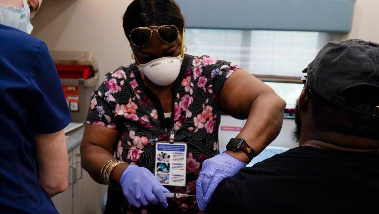 Según un estudio dado a conocer este viernes, la variante Delta del coronavirus es un 60% más contagiosa y podría poner en riesgo los planes de apertura del Reino Unido. (Foto Prensa Libre: Hemeroteca PL)