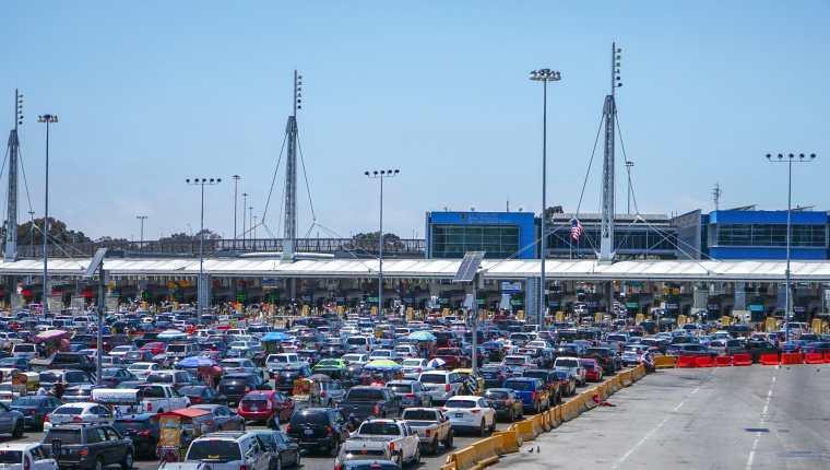 Cientos de vehículos cruzan a Estados Unidos por la garita de San Ysidro, el 14 de junio de 2021 en la ciudad de Tijuana, Baja California, México. La desesperación por llegar a Estados Unidos ha orillado a decenas de migrantes a buscar nuevas formas de lograr un cruce ilegal y ahora utilizan vehículos extranjeros para atravesar la frontera, cerrada por covid-19. (Foto Prensa Libre: EFE)