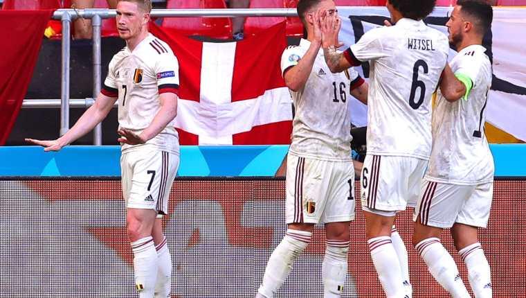 Kevin De Bruyne (I) de Bélgica decidió no celebrar el segundo gol por respecto a los daneses. Foto Prensa Libre: EFE.