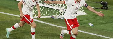 Robert Lewandowski de Polonia consiguió de cabeza, el gol del empate ante España. Foto Prensa Libre: EFE.